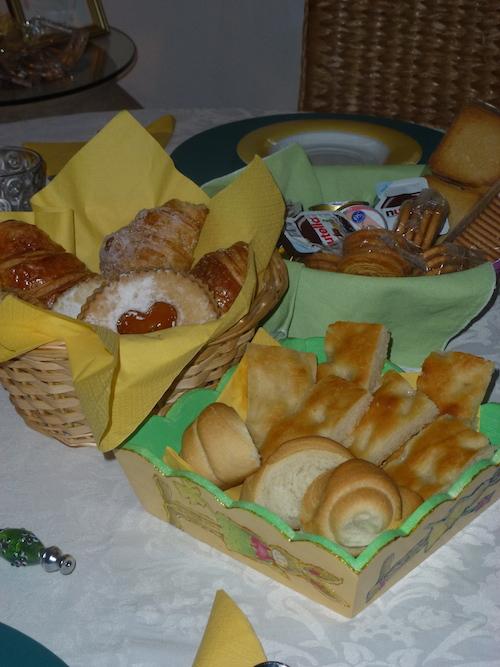 tavola pronta per la colazione al b&b la casa sul colle
